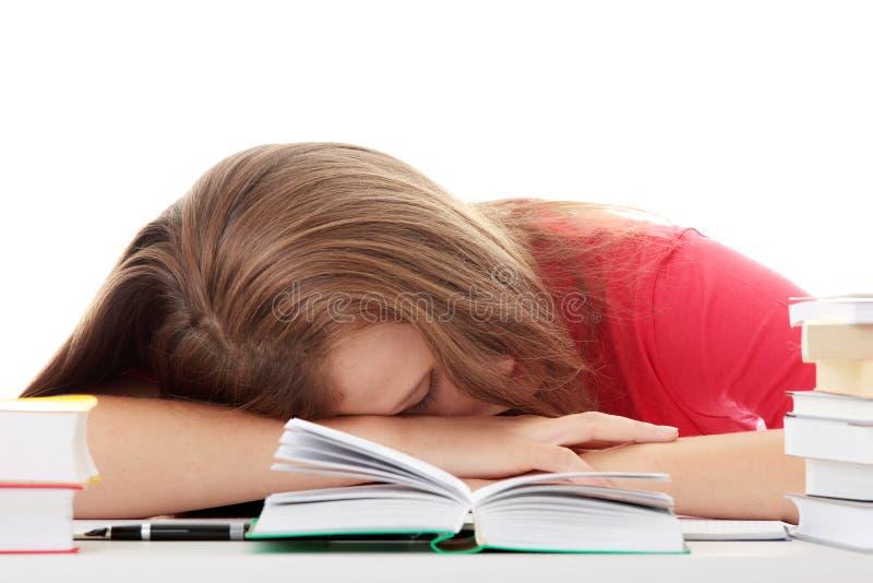Adolescente étudiant au bureau étant fatigué photos libres de droits