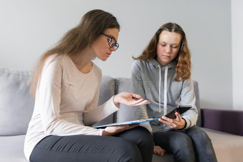 Adolescente 14, 15 años de la muchacha que hablan con el psicólogo de la mujer imagen de archivo