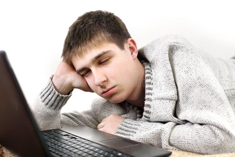 Adolescente aburrido con el cuaderno foto de archivo
