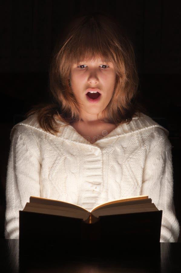 Adolescente affichant le livre passionnant photos stock