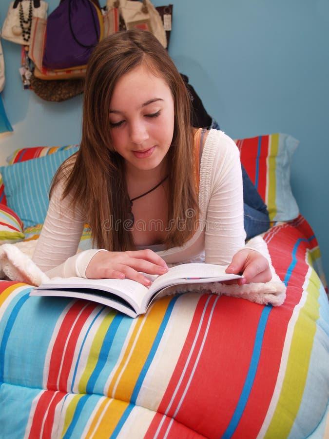 Adolescente affichant un livre photographie stock