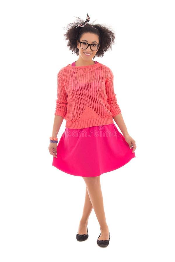Adolescente afro-americano bonito no levantamento cor-de-rosa isolado foto de stock