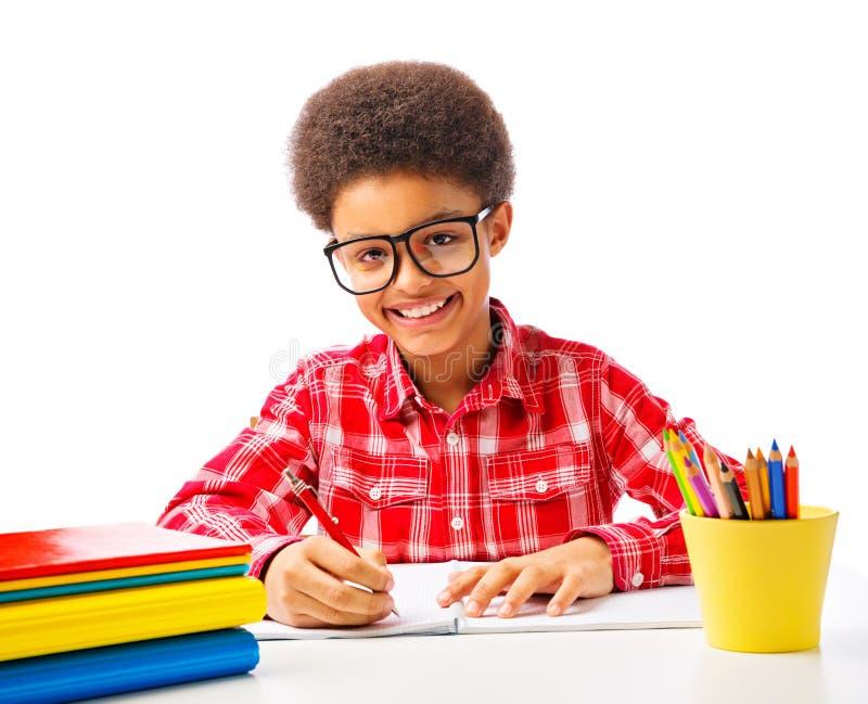 Adolescente afro-americano de sorriso feliz fotografia de stock