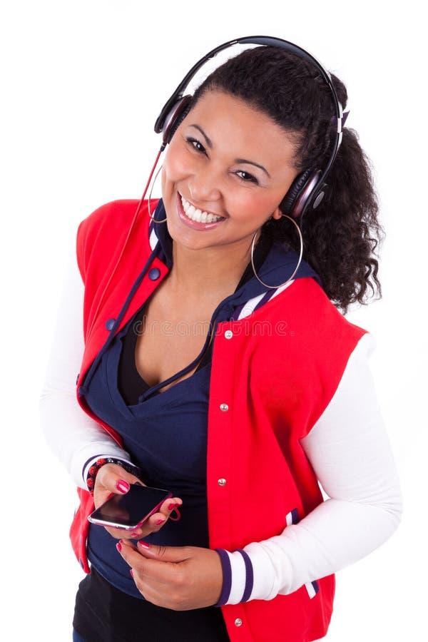 Adolescente afroamericano negro joven que escucha la música - imágenes de archivo libres de regalías