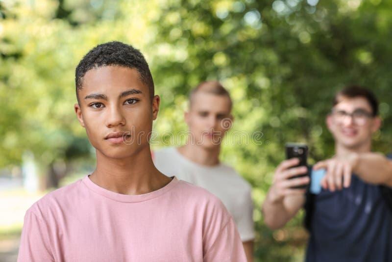 Adolescente afroamericano oppresso all'aperto immagini stock