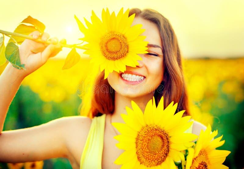 Adolescente alegre de la belleza con el girasol fotos de archivo libres de regalías