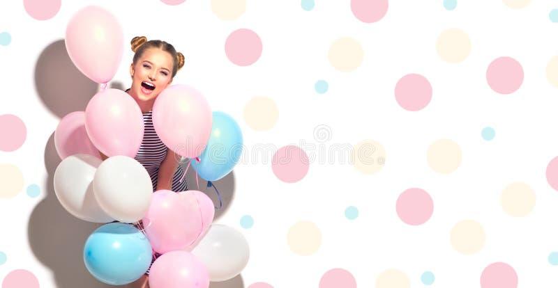Adolescente alegre de la belleza con los balones de aire coloridos fotografía de archivo