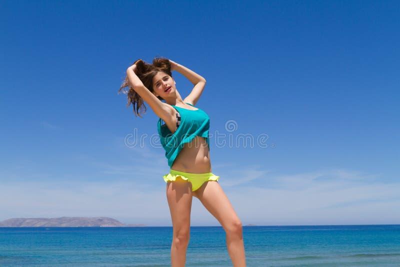 Adolescente alegre moreno en ropa de playa goza de imágenes de archivo libres de regalías
