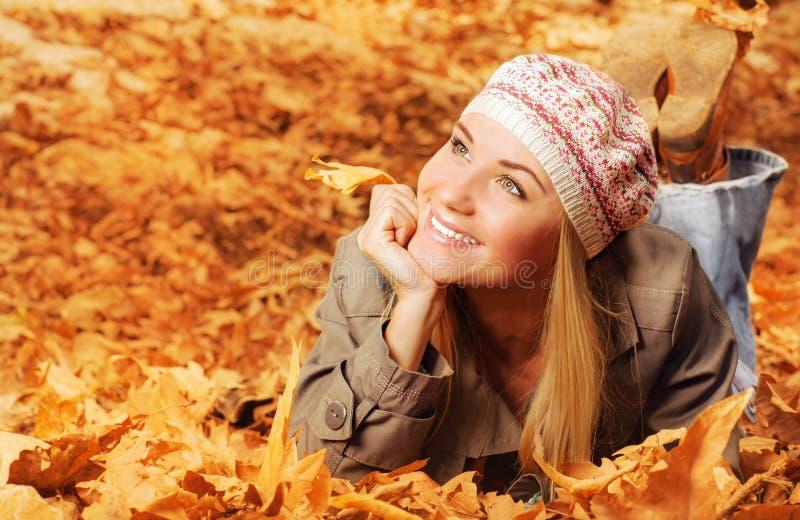 Adolescente alegre na folha de queda imagens de stock royalty free