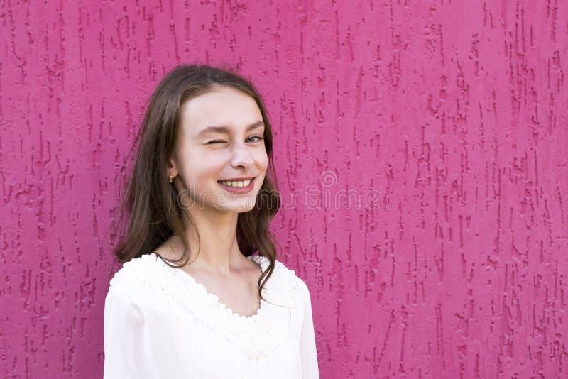 Adolescente alegre que levanta fora imagens de stock