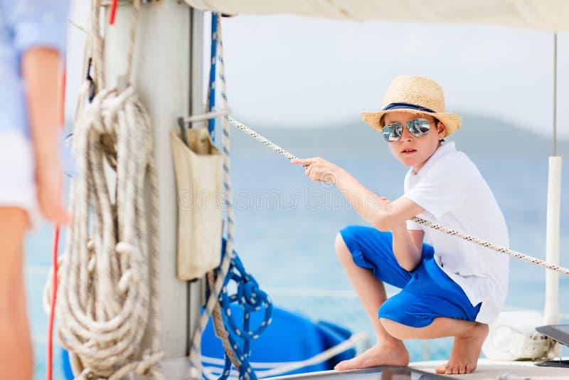 Adolescente all'yacht di lusso immagini stock