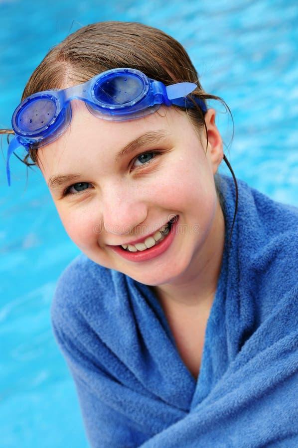 Adolescente alla piscina fotografia stock libera da diritti
