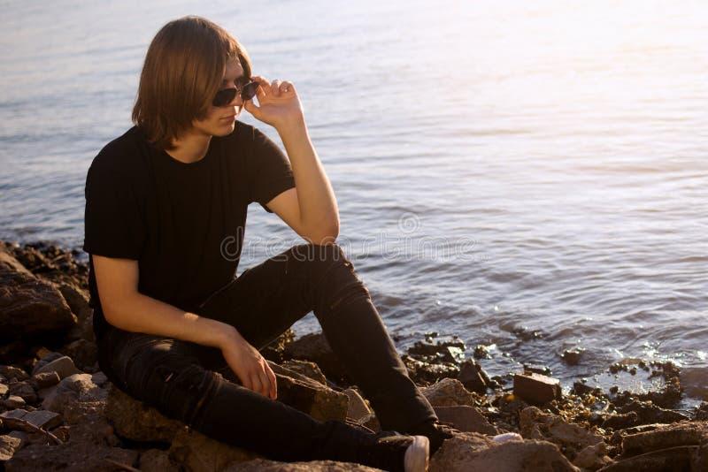 Adolescente alla riva del fiume fotografia stock
