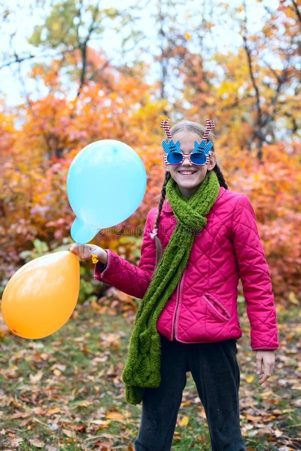 Adolescente allegro, in occhiali da sole divertenti fotografia stock libera da diritti