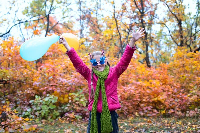 Adolescente allegro, in occhiali da sole divertenti fotografia stock