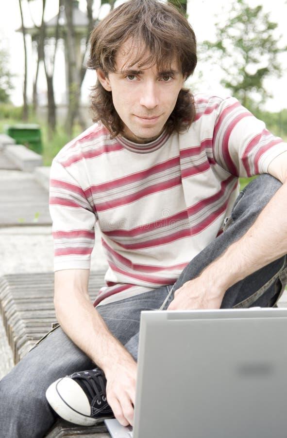 Adolescente/allievo con il computer portatile fotografia stock libera da diritti