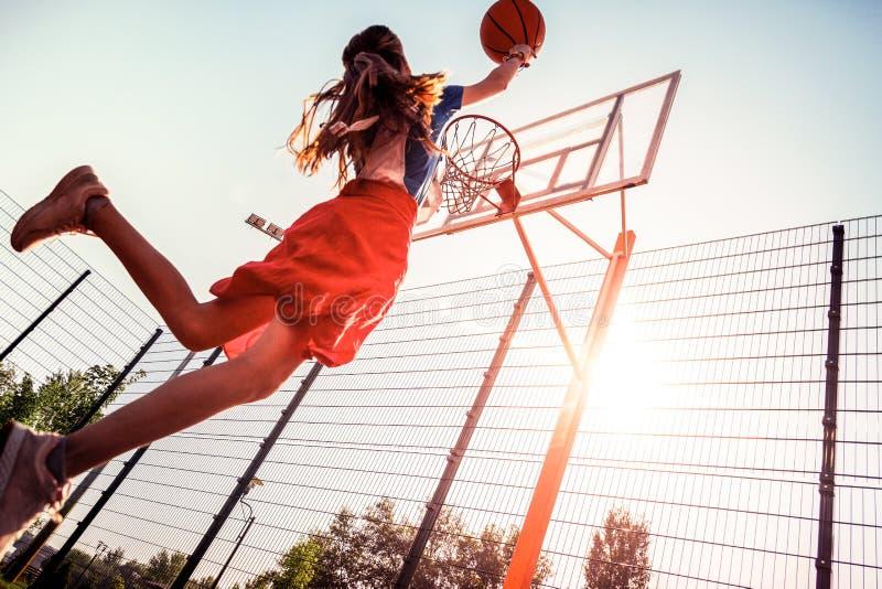 Adolescente alto moro con le abilità di pallacanestro che gettano palla immagine stock libera da diritti