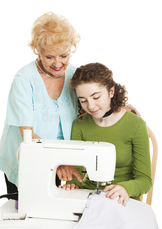 Adolescente aprende de abuela imágenes de archivo libres de regalías