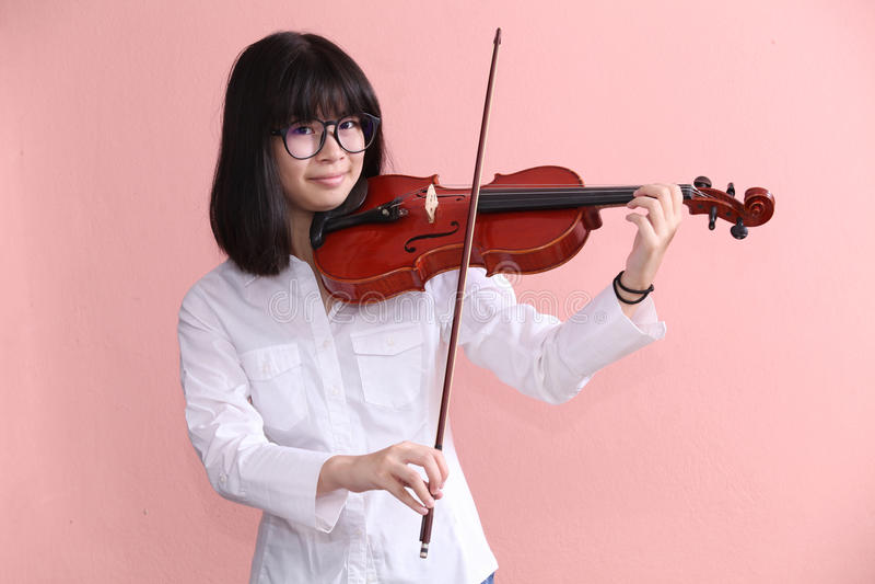 Adolescente asiático con los vidrios del violín imágenes de archivo libres de regalías