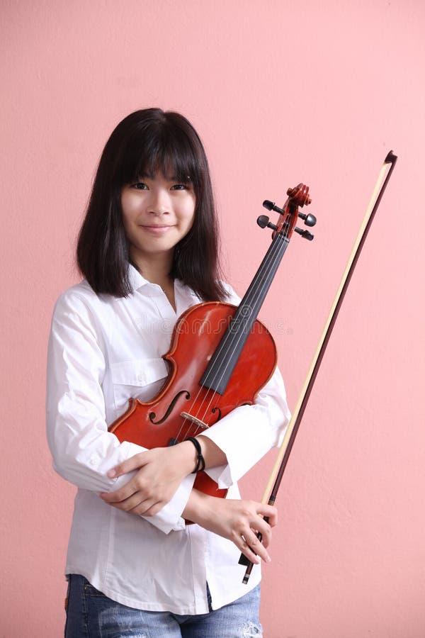 Adolescente asiático con sonrisa del violín imagen de archivo