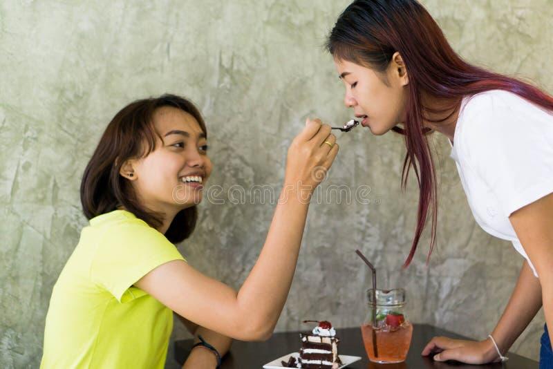 Adolescente asiático está tomando dos amigos, mostrando bons relacionamentos imagens de stock royalty free