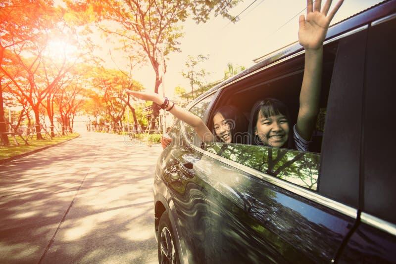 Adolescente asiático que senta-se no automóvel de passageiros com emoção da felicidade, tema de viagem da família imagens de stock royalty free