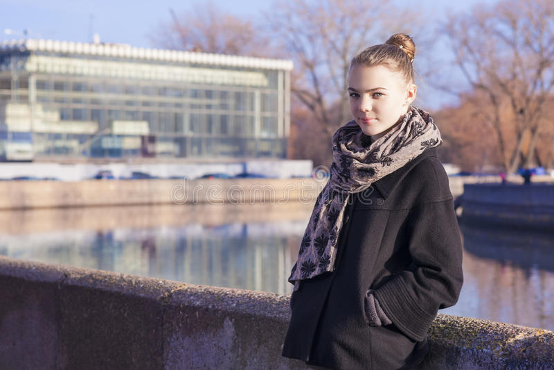 Adolescente assez caucasienne posant Outdors dans le Coa à la mode de noir photo stock