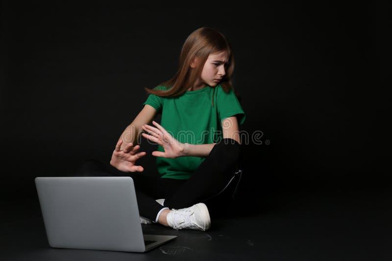 Adolescente assustado com portátil Perigo do Internet foto de stock royalty free