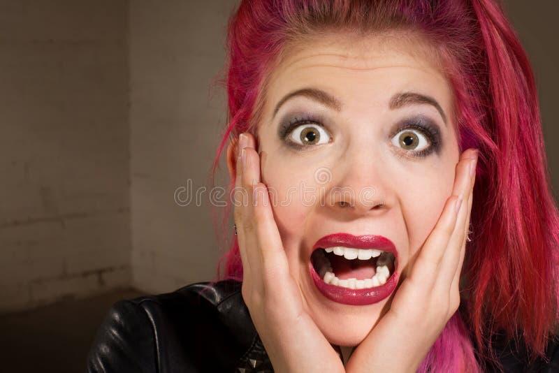 Adolescente assustado no cabelo cor-de-rosa imagem de stock
