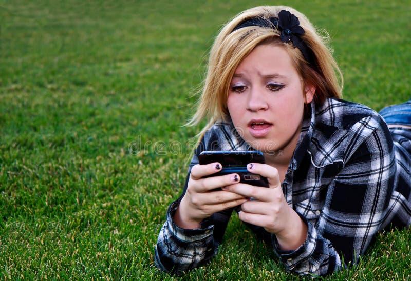 Adolescente atractivo que disfruta de la configuración al aire libre imagen de archivo