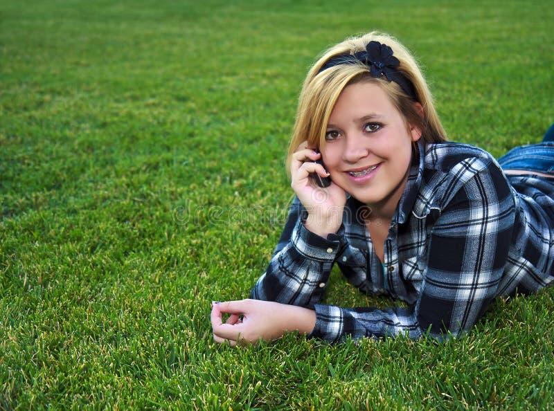 Adolescente atractivo que habla en un teléfono celular fotografía de archivo libre de regalías