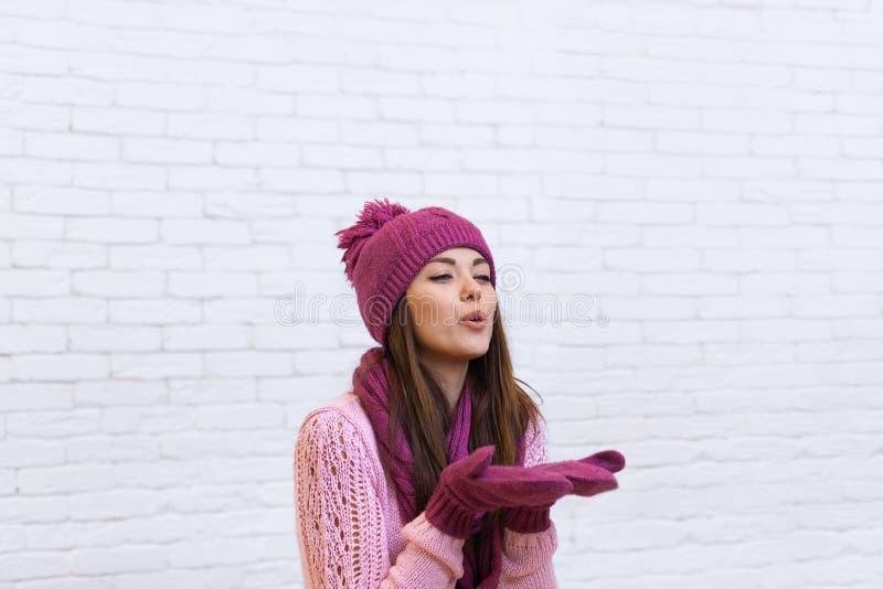 Adolescente attirante de sourire dans l'espace de soufflement de copie de baiser de chapeau rose photo stock