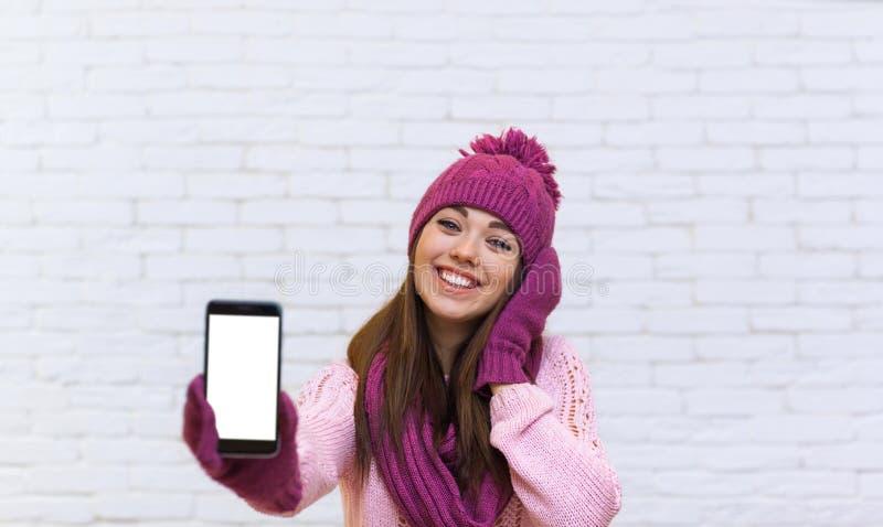 Adolescente attirante montrant l'espace vide futé d'écran tactile de téléphone de cellules images libres de droits