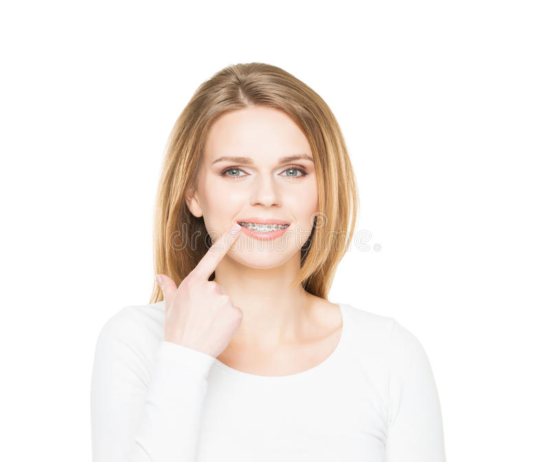 Adolescente attraente che sorride nei ganci dentari fotografie stock libere da diritti