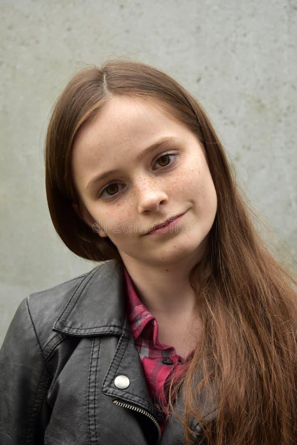 Adolescente avec de longs cheveux bruns image stock