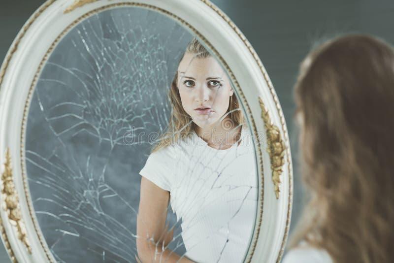 Adolescente avec des problèmes de personnalité images stock