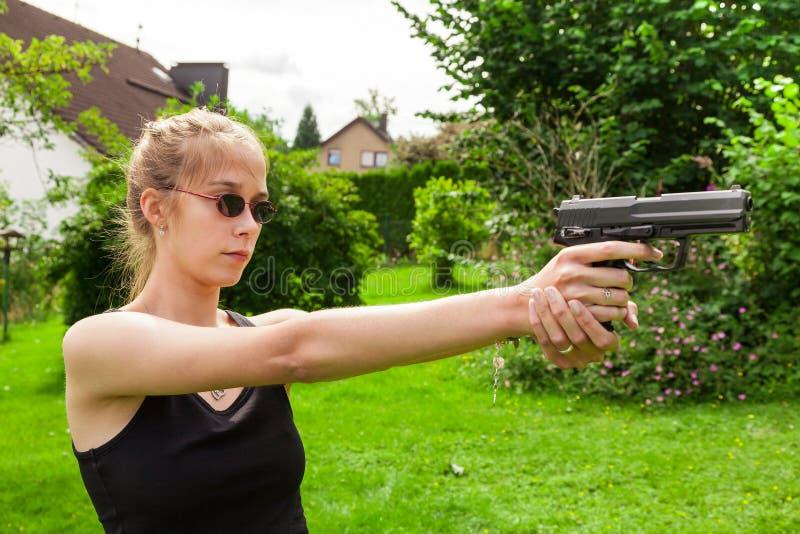Adolescente avec l'arme à feu photographie stock libre de droits