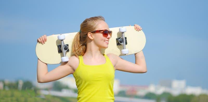 Adolescente avec la planche à roulettes photos libres de droits