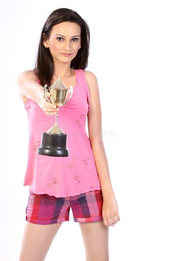 Adolescente avec le trophée d'or photographie stock