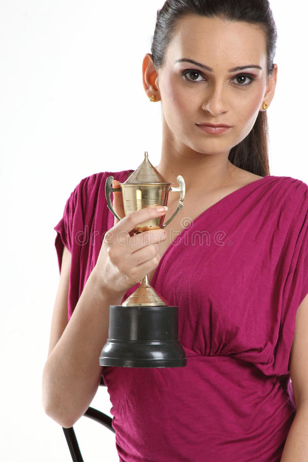 adolescente avec le trophée d'or image stock