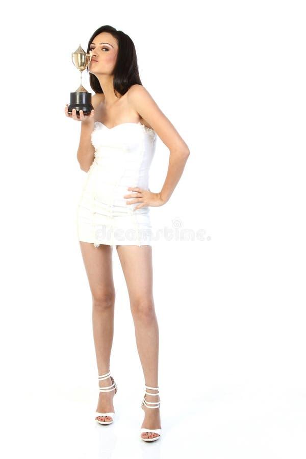 Adolescente avec le trophée d'or images stock
