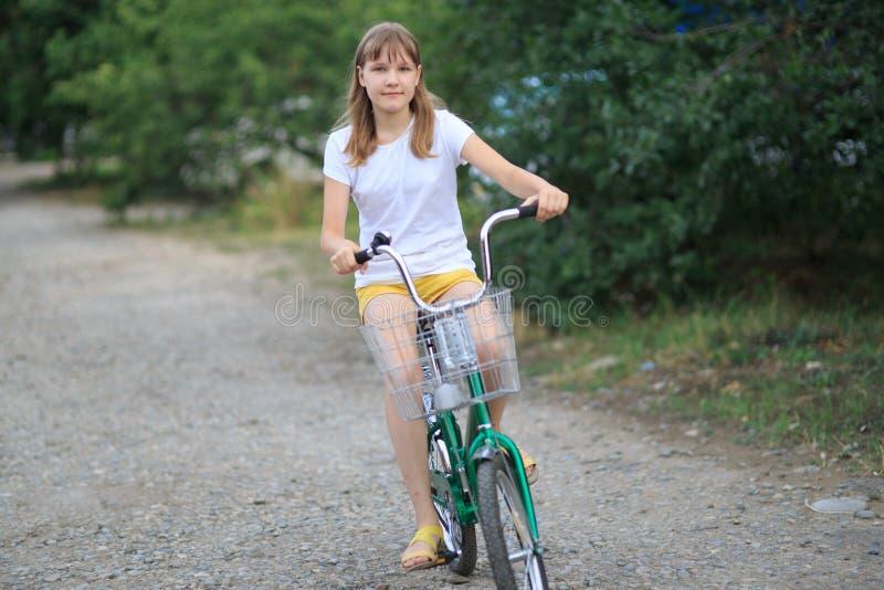 Adolescente avec une vélo-équitation photos libres de droits
