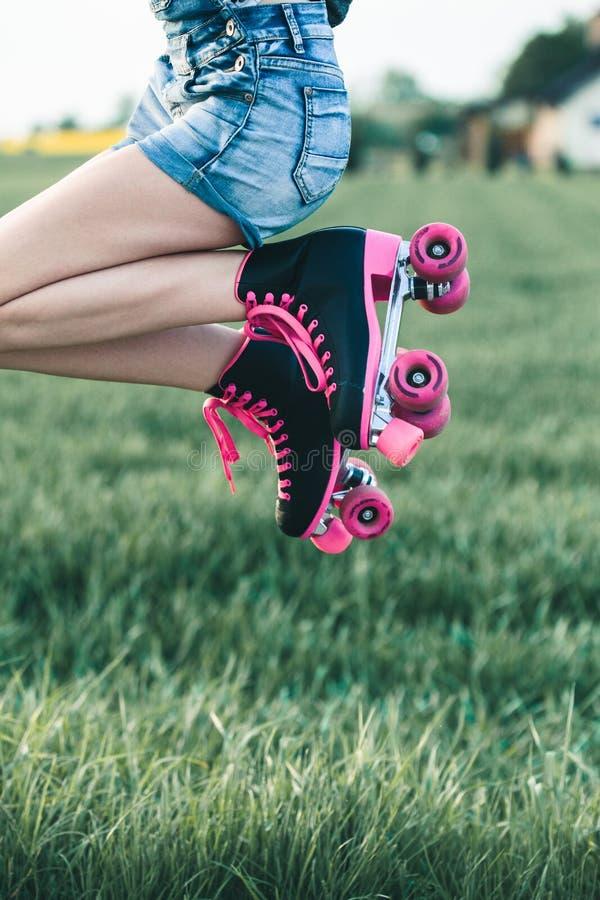 Adolescente ayant le rollerskating d'amusement, sauter, passant le temps dehors photos stock