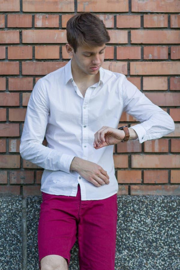 Adolescente bello in camicia bianca fotografia stock