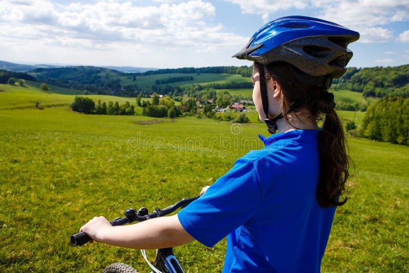 Adolescente biking en rastros del bosque fotos de archivo