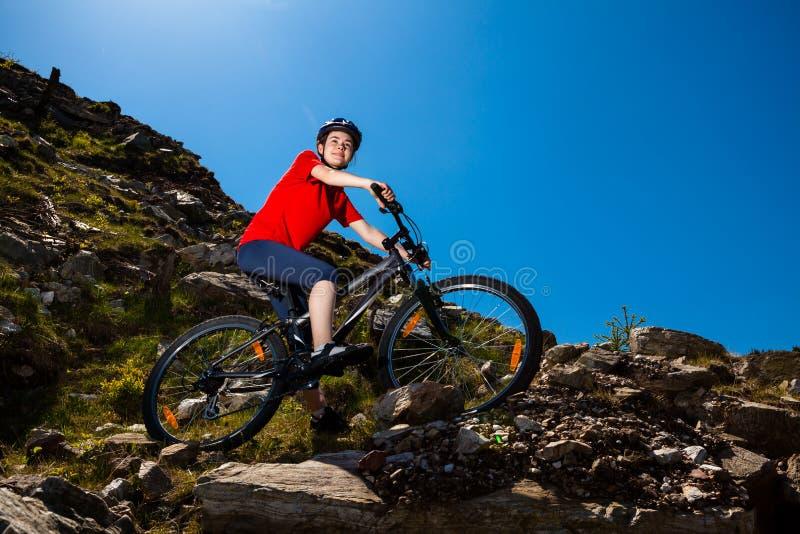 Adolescente biking en rastros del bosque fotografía de archivo libre de regalías