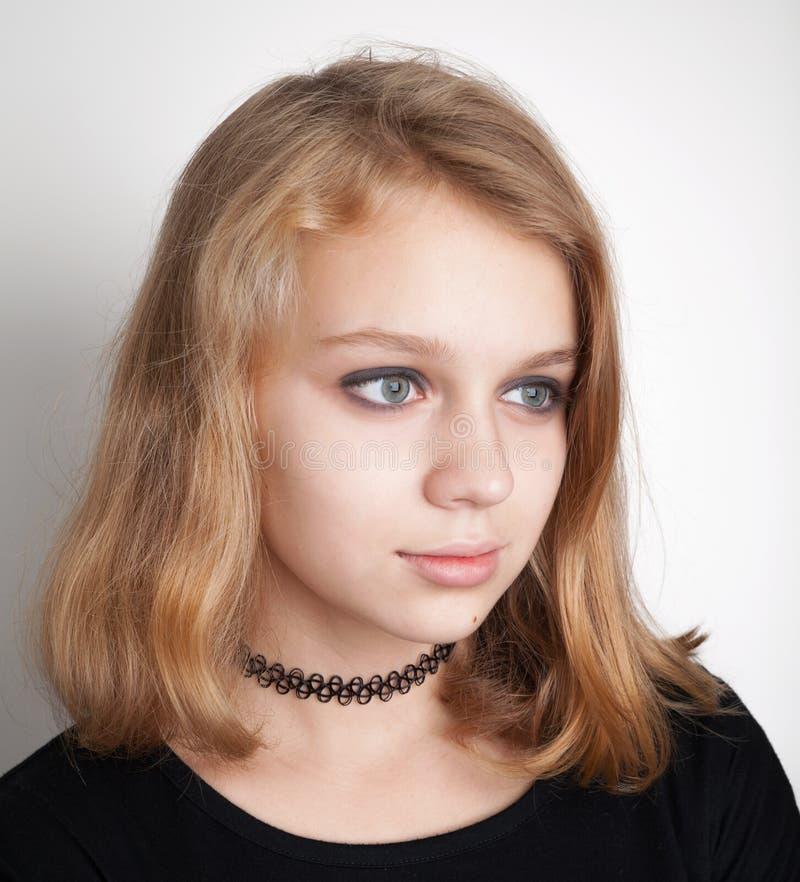 Adolescente biondo caucasico in girocollo nero immagine stock libera da diritti