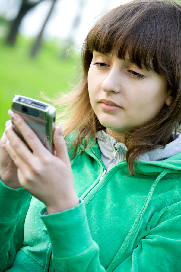 Adolescente bonito com assistente digital imagens de stock royalty free