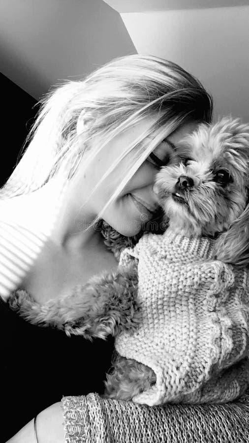 Adolescente bonito com cachorrinho fotos de stock