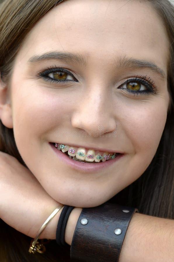 Adolescente bonito com cintas fotografia de stock